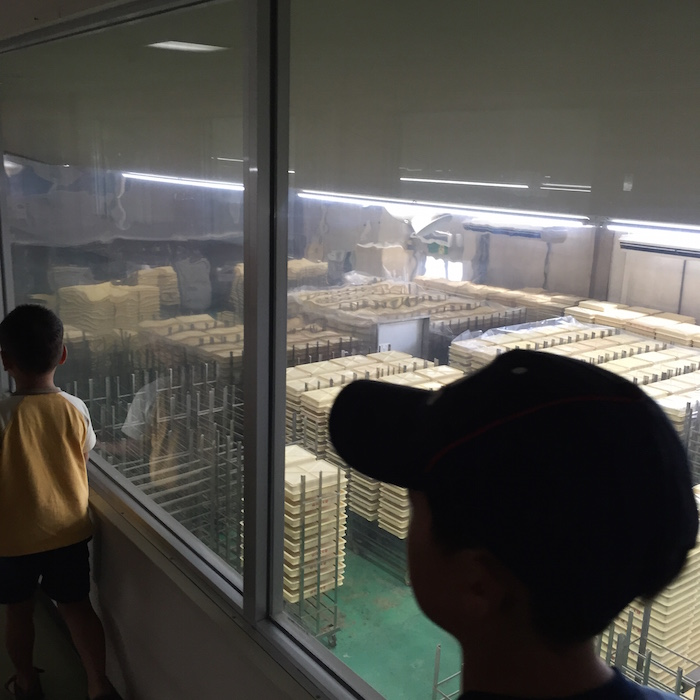 桔梗屋で信玄餅の工場見学6